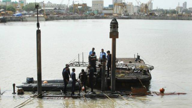 Taucher bei den Arbeiten am explodierten indischen U-Boot