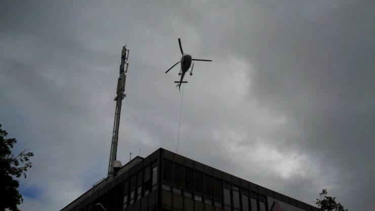 Die Piloten holen das Material vom Dach der Swisscom beim Postplatz