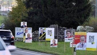 Die Wahlplakate bei Reichenbach im Kanton Bern bringen die Autofahrer ins Schalten (Archiv)
