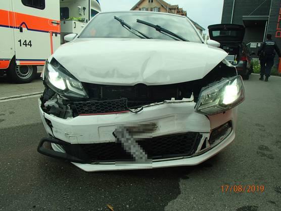 Fislisbach AG, 17. August: Betrunken und mutmasslich unter Drogeneinfluss geriet ein Automobilist auf die Gegenfahrbahn und verursachte dort eine heftige Frontalkollision. Verletzt wurde niemand.