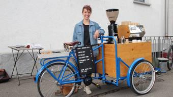 Samira Schmitter mit ihrem Barista-Velo an der Bahnhofstrasse 30 in Aarau.