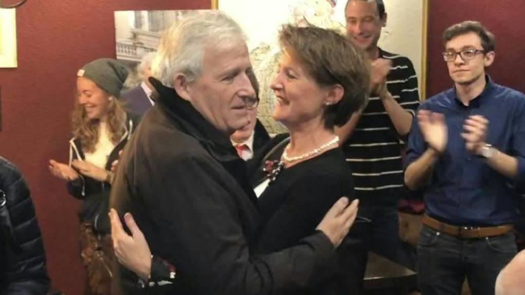 SP-Bundesrätin Simonetta Sommaruga gratuliert Hans Stöckli zur Wiederwahl in den Ständerat.