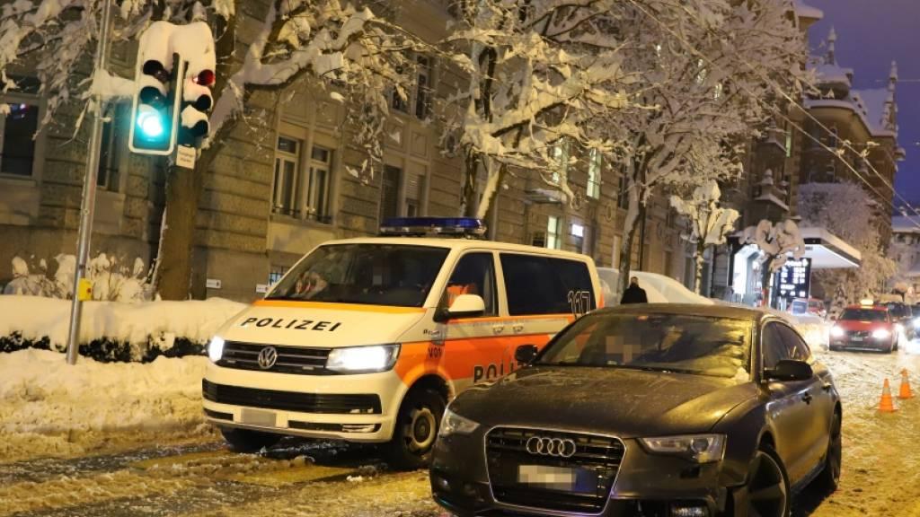 Autofahrer in St. Gallen rutscht mit Sommerpneus in Polizeiauto