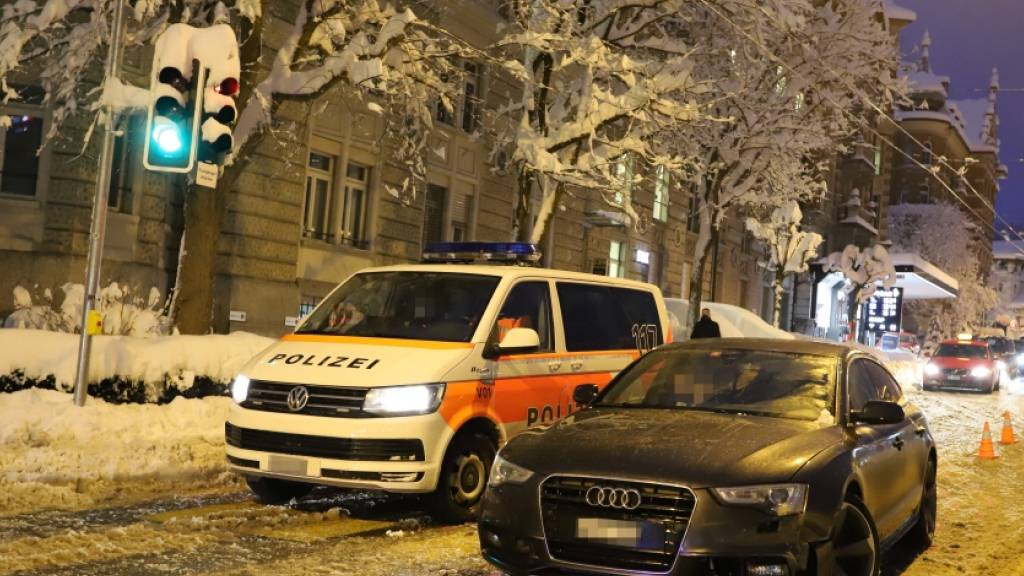 Ein 29-jähriger Lenker war am Freitag in St. Gallen im Sommerreifen unterwegs, konnte deswegen nicht mehr bremsen und kollidierte mit einem Polizeifahrzeug.