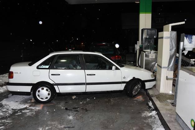... und danach in eine Bezahlsäule der Tankstelle.