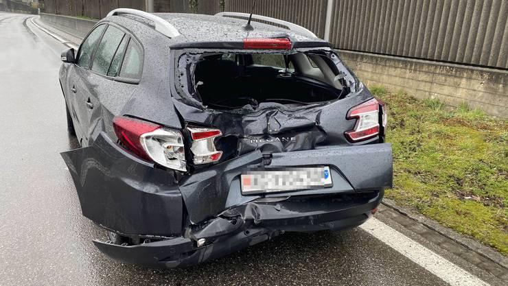 Klingnau AG, 25. Februar: Dienstag Nachmittag prallte auf einer Kreuzung ein Sattelschlepper ins Heck eines Autos. Verletzt wurde dabei niemand.