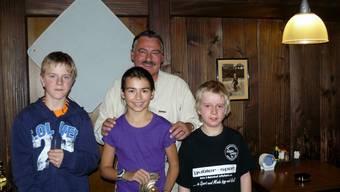 Vier Jass-Sieger: Joel Niederberger, Gewinnerin Vanessa Siegrist, Hans Baumann und Julian Niederberger.  (Bild: Hanna Widmer)