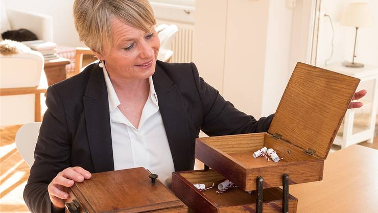 In dem Nähkästchen der «Schweiz am Wochenende» verstecken sich verschiedene Begriffe. Elisabeth Schneider-Schneiter ist die Erste, die einen Zettel daraus zieht. Das Thema für sie: «Eitelkeit».