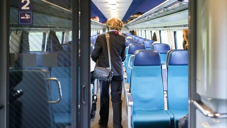 Eine SBB-Kondukteurin bei ihrer Arbeit in einem InterCity-Zug (Symbolbild)