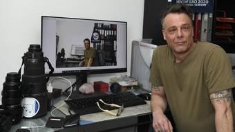 Fotograf und Journalist Alexander Wagner im Büro in seiner Wohnung.