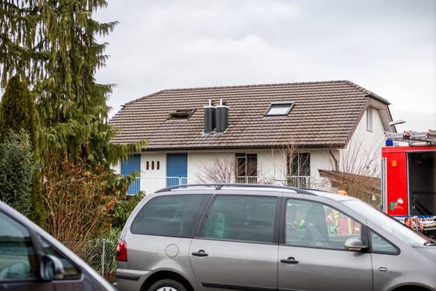 In diesem Doppel-Einfamilienhaus stiessen Feuerwehrleute bei einem Brand am Montagmorgen, 21. Dezember 2015, auf vier verkohlte Leichname.