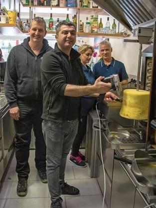 Der Cheebab lässt sich beliebig hoch stapeln: Erfinder Roland Rüegg, links, im «Kebab House» von Rebaz Said an der Grütstrasse in Gossau ZH.
