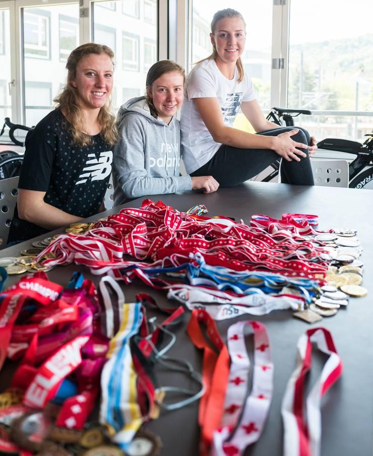 Die Triathletinnen Julie, Michelle und Nina Derron: Ihre Medaillensammlung ist zur gross für jede Vitrine.