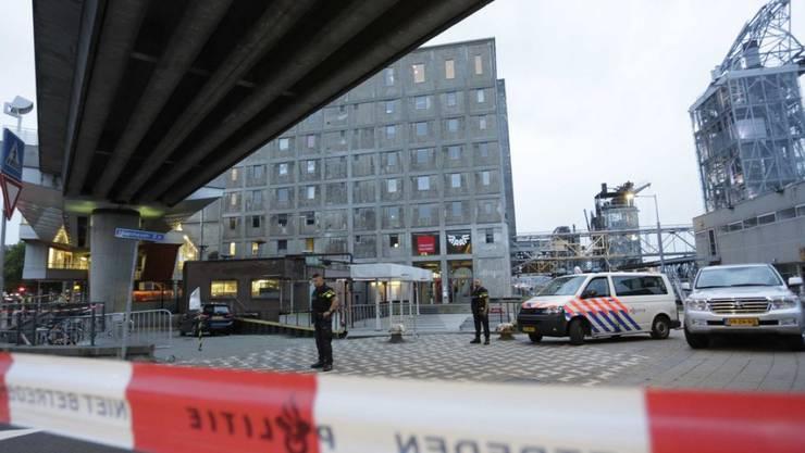Einsatzkräfte riegelten das Gebäude ab.