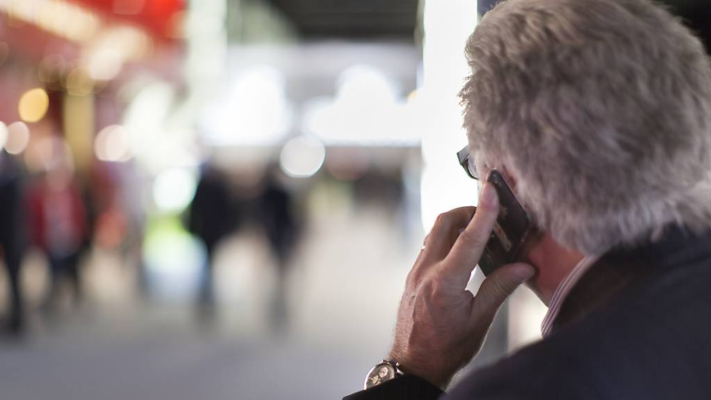 Falsche Polizisten fordern am Telefon hohe Geldebeträge. (Symbolbild)