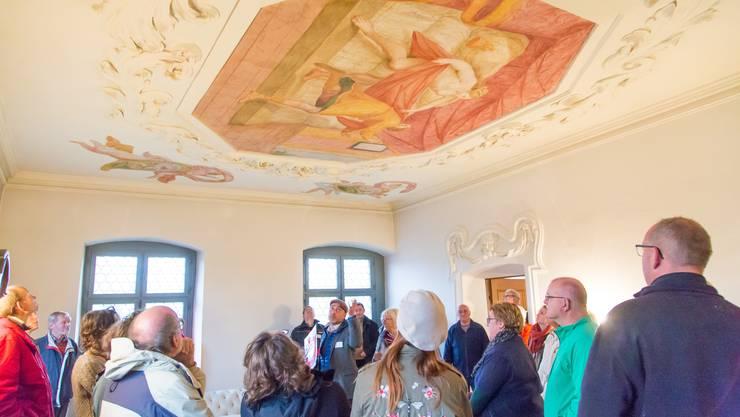 Grosses Interesse: Philipp Schneider (Mitte) von der kantonalen Denkmalpflege führte durch das «Schneisinger Schlössli».