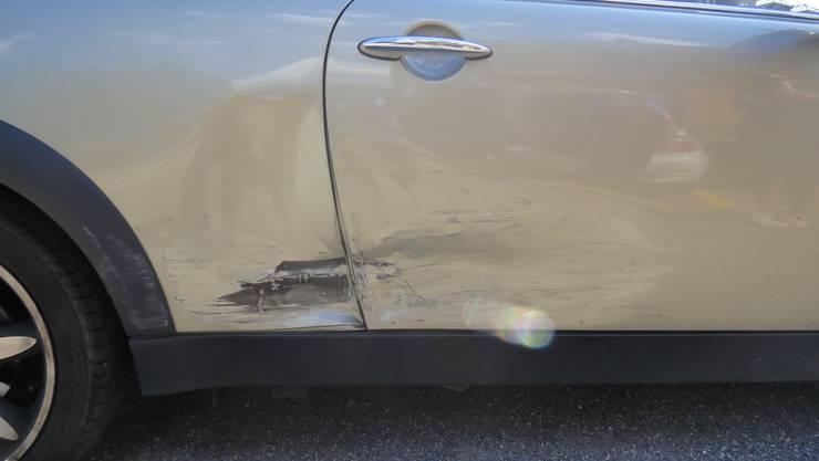 Das Auto einer Verkehrsteilnehmerin wurde bei einem Unfall beschädigt. Der Unfallverursacher flüchtete, ohne sich um den Schaden zu kümmern.