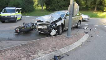 Die Autofahrerin kollidierte beim Abbiegen mit dem Töfffahrer.