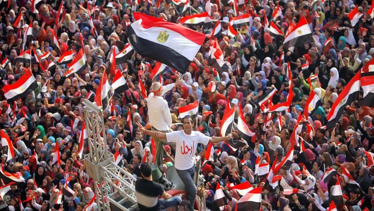 Anfang Juli begannen die Demonstrationen der Gegner von Mohammed Mursi auf dem Tahrirplatz in Kairo. «Mursi hat das Land Schritt für Schritt in einen Gottesstaat zu verwandeln versucht. So hatte sich das Volk die Demokratie nicht vorgestellt», sagt Chantal Kury, die seit 2009 in Hurghada lebt. keystone/Amr Nabil