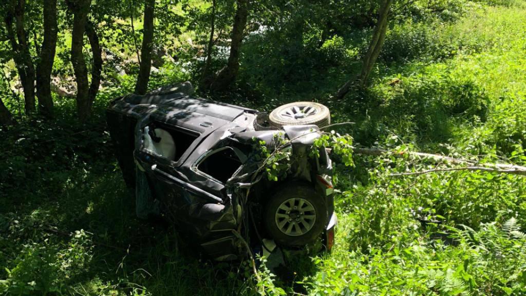 Das Auto war sich mehrmals überschlagend erst nach 100 Metern zum Stillstand gekommen. Der Fahrer starb noch auf der Unfallstelle.