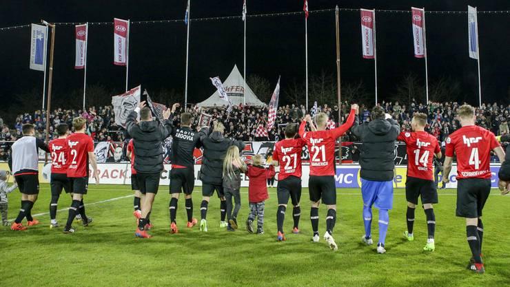 Nach dem 3:2 hat die Mannschaft allen Grund zum Jubeln: Im März holte der FCA in vier Spielen acht Punkte, mittlerweile hat der Verein den dritten Tabellenplatz erobert.