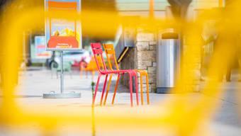 Die farbigen Stühle auf dem Marktplatz Grenchen.