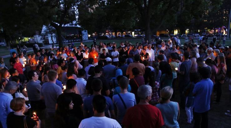 Trauernde nach dem Amoklauf im Sikh-Tempel