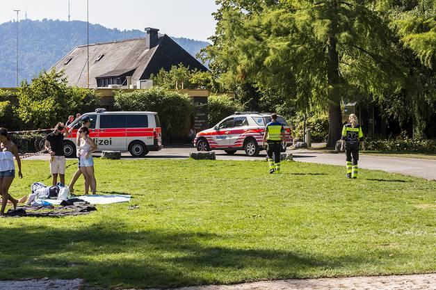 Ein Rega-Helikopter und die Polizei suchen nach einer vermissten Person.
