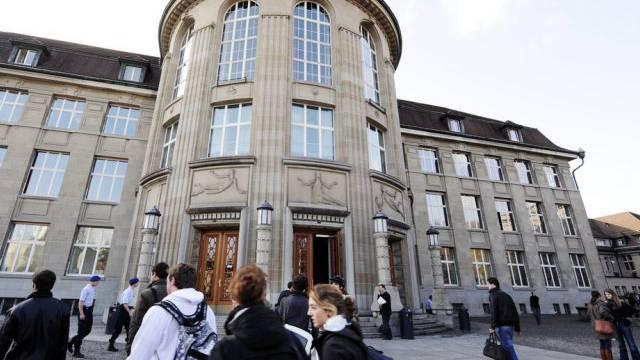 Studierende vor dem Haupteingang der Universität Zürich (Archiv)