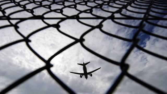 Ein Flugzeug landet auf einem Flughafen (Symbolbild)