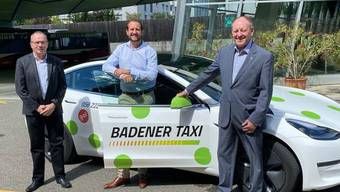 Roland Wunderli (rechts) übergibt die Leitung der Badener Taxi an René Rüegg (links). Dazwischen Verwaltungsrtspräsident Karim Twerenbold