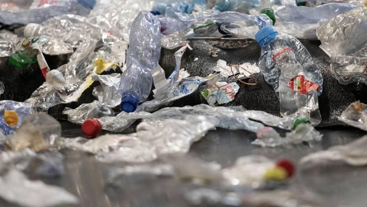 PET-Flaschen lassen sich nicht ewig recyceln, mit den bisherigen Verfahren wird die Qualität immer schlechter.