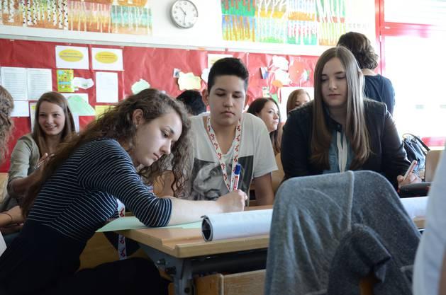 Gegenseitig bringen sie sich die wichtigsten Alltagsfragen und -antworten in ihrer Landessprache bei.