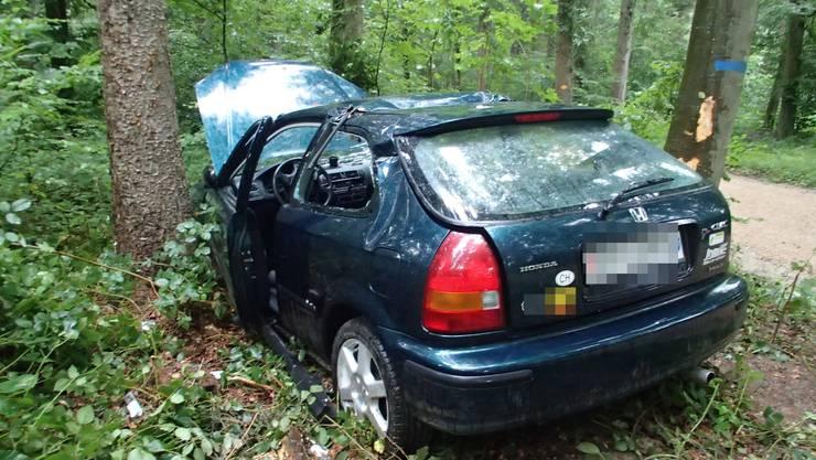 Der Autofahrer verliert die Kontrolle und fährt in einen Baum.