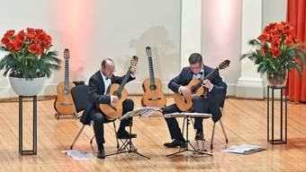 Die Gitarristen Michael Erni (l.) und Anton Kudryavtsev fesselten das Publikum im Stadttheater mit spanischen Klängen und Eigenkreationen.