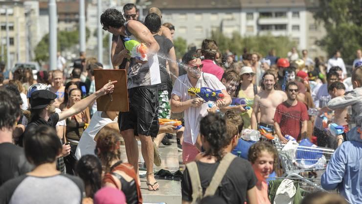 Die Wasserschlacht 2015 auf der Dreirosenbrücke. Es stehen sich Leute aus dem Kleinbasel und Grossbasel gegenüber. Das Klybeck-Quartier 4057 gegen das St.Johann-Quartier 4056 .