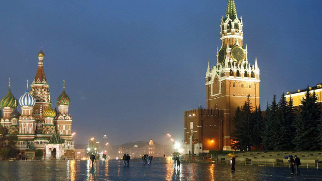 Blick auf die Basilius-Kathedrale (l.) und den Spasskaya-Turm, den Hauptturm der östlichen Mauer des Kremls, in Moskau. Sicherheitsdienste haben in der russischen Hauptstadt mehrere Terrorverdächtige festgenommen (Archiv)