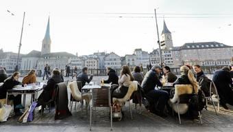 Im Bild ein Strassencafé an der Limmat in der Stadt Zürich.