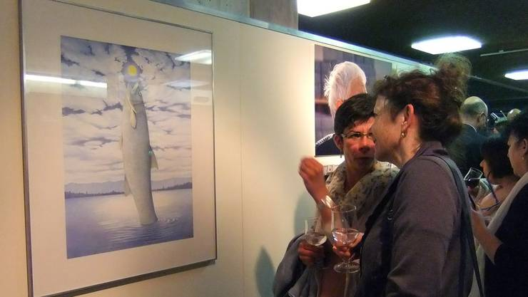 Das Werk «Mondfisch» regte an der sehr gut besuchten Vernissage zu allerlei Gesprächen an. Susanna Vanek
