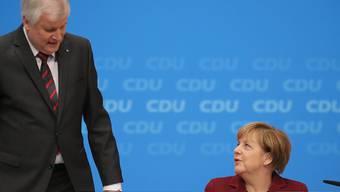 Sie ist kompliziert, die Beziehung zwischen CSU-Chef Seehofer und CDU-Chefin Merkel. Dennoch rangen sich die bayrischen Christdemokraten nun durch, für die Kanzlerwahl hinter Merkel zu stehen. (Archiv)