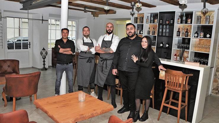 Der neue Pächter im Gasthaus Rebstock, Ali Onurlu (2. v. r.), mit seiner Verlobten Saia Selim und ihrem Team, Aziz Bestun (v. l.), Simone Eraldo und Daniele Verardi.