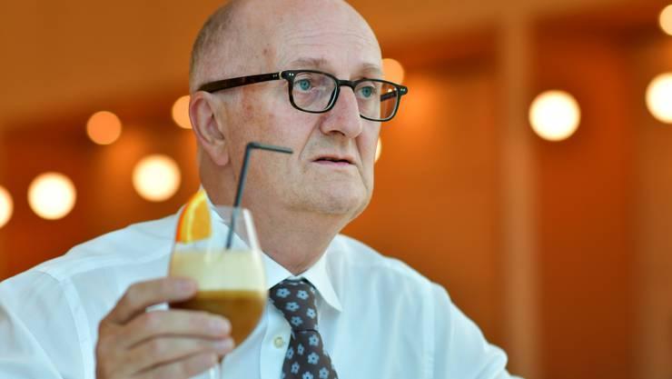 Emanuel Probst, General Manager bei der Jura Elektroapparate AG in Niederbuchsiten mit einer fruchtigen Kaffee-Innovation aus dem Hause Jura.