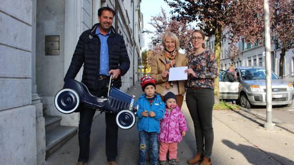 Bildlegende (v.l.n.r.): Roger Blanc (Gewinner), Dora Zimmermann mit Julian und Alena (Zweitplatzierte) und Rebecca Hügi (Assistentin Marketing|Kommunikation AEK)