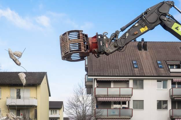 Hungrige Bagger nehmen die acht Gebäude auseinander.