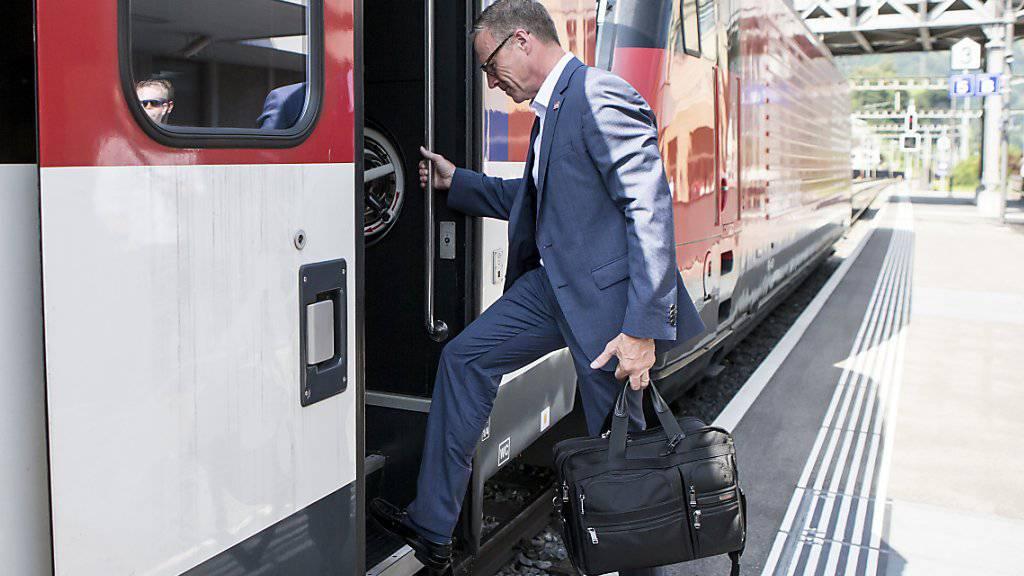 Schnellere Verbindungen am Gotthard angekündigt: SBB-Chef Andreas Meyer steigt nach einer Medienorientierung in Arth-Goldau in einen Zug Richtung Tessin.