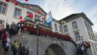 Kantilehrer und -schüler übergeben vor dem Regierungsgebäude in Aarau ihre Petition gegen die Abschaffung der dritten Sportlektion.