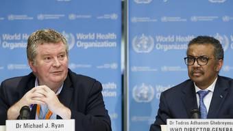 """Massnahmen zur Bekämpfung des neuartigen Coronavirus müssten """"verhältnismässig"""" sein, sagte WHO-Chef Tedros Adhanom Ghebreyesus (r) in Genf vor Journalisten. Der WHO-Experte Michael Ryan wies den Vorschlag zurück, alle Kreuzfahrten vorübergehend einzustellen."""