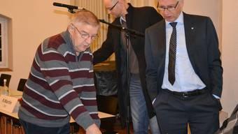 Nach 27 Jahren als Stimmenzähler trat Karl Hartmeier (links), hier im Gespräch mit Stadtammann Raymond Tellenbach, zurück.sl