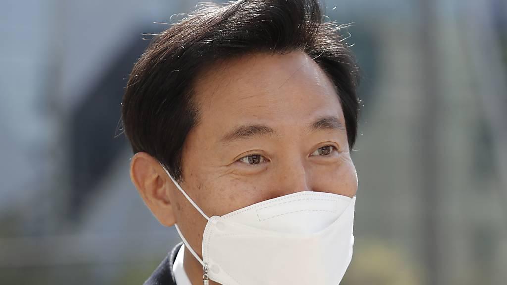 Oh Se-hoon, Kandidat für die Bügermeisterwahl in Seoul, hat die Nachwahlen als Kandidat der oppositionellen «People Power Party» (PPP) gewonnen. Foto: Lee Jin-Man/AP/dpa
