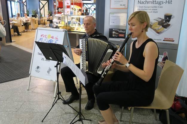 ...und das Akkordeon-Klarinette-Duo beim Migros Löwenplatz
